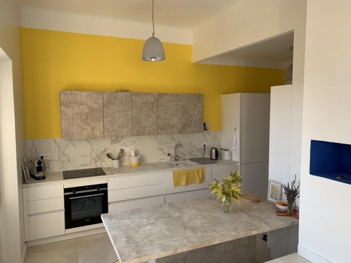Peinture satinée écologique jaune dans une cuisine