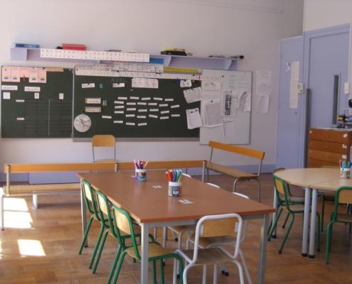 Peinture écologique lessivable bleue dans une classe de maternelle sur Lyon