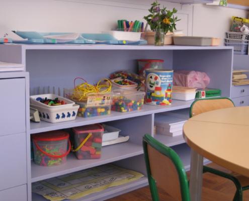 peintures satinées lessivable appliquée sur des meubles en bois pin dans une école maternelle à Lyon